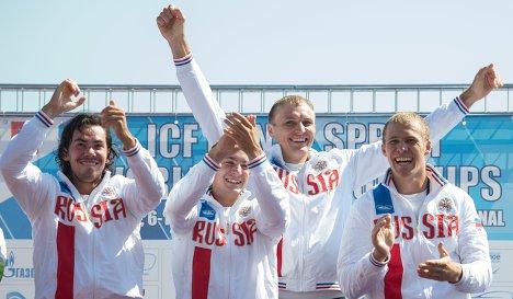 Российский экипаж победил в соревнованиях каноэ-четверок на дистанции 1000 метров на чемпионате мира, который проходит в Москве. В субботу Кирилл Шамшурин, Виктор Мелантьев, Расул Ишмухамедов и Илья Первухин финишировали первыми в финале с результатом 3 минуты 10,701 секунды.